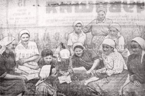 В Хыркасинском колхозе Чебоксарского района в дни уборки урожая во время обеденного перерыва регулярно проводятся читки газет и журналов.  (Стилистика сохранена).